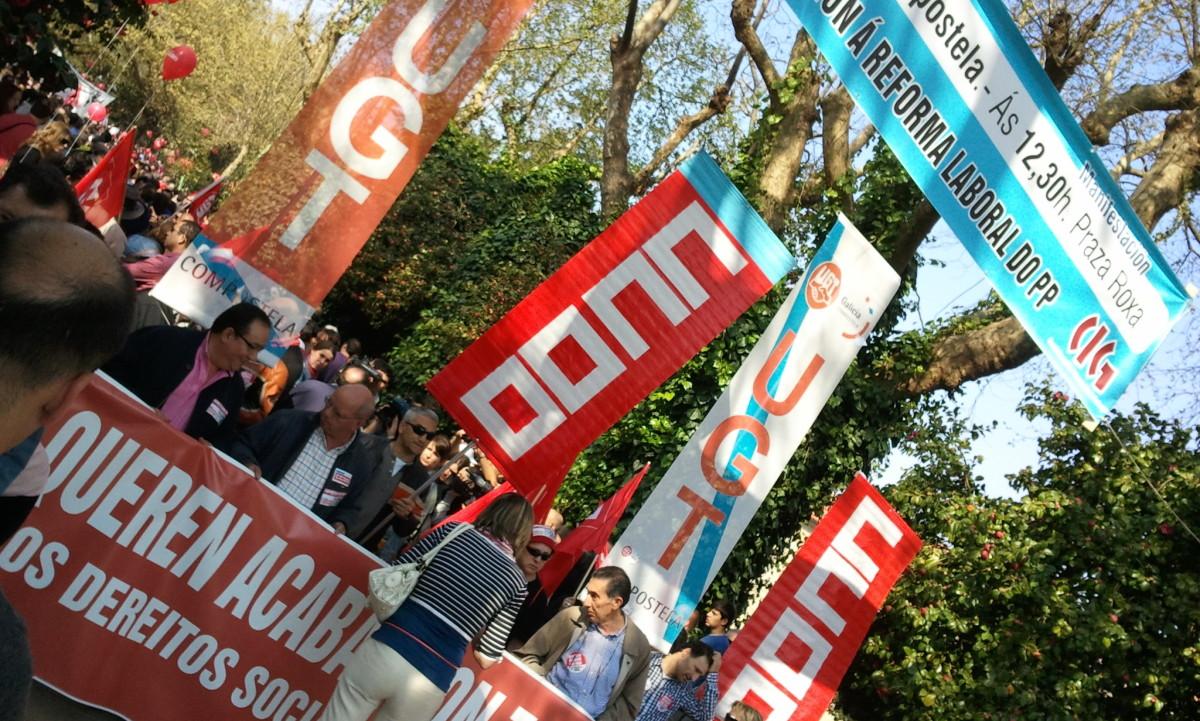 CCOO e UGT, en Santiago baixo un cartel da CIG