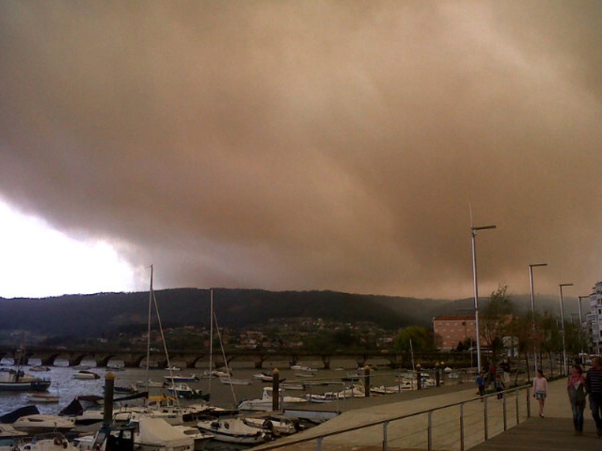 O fume do incendio cobre Pontedeume