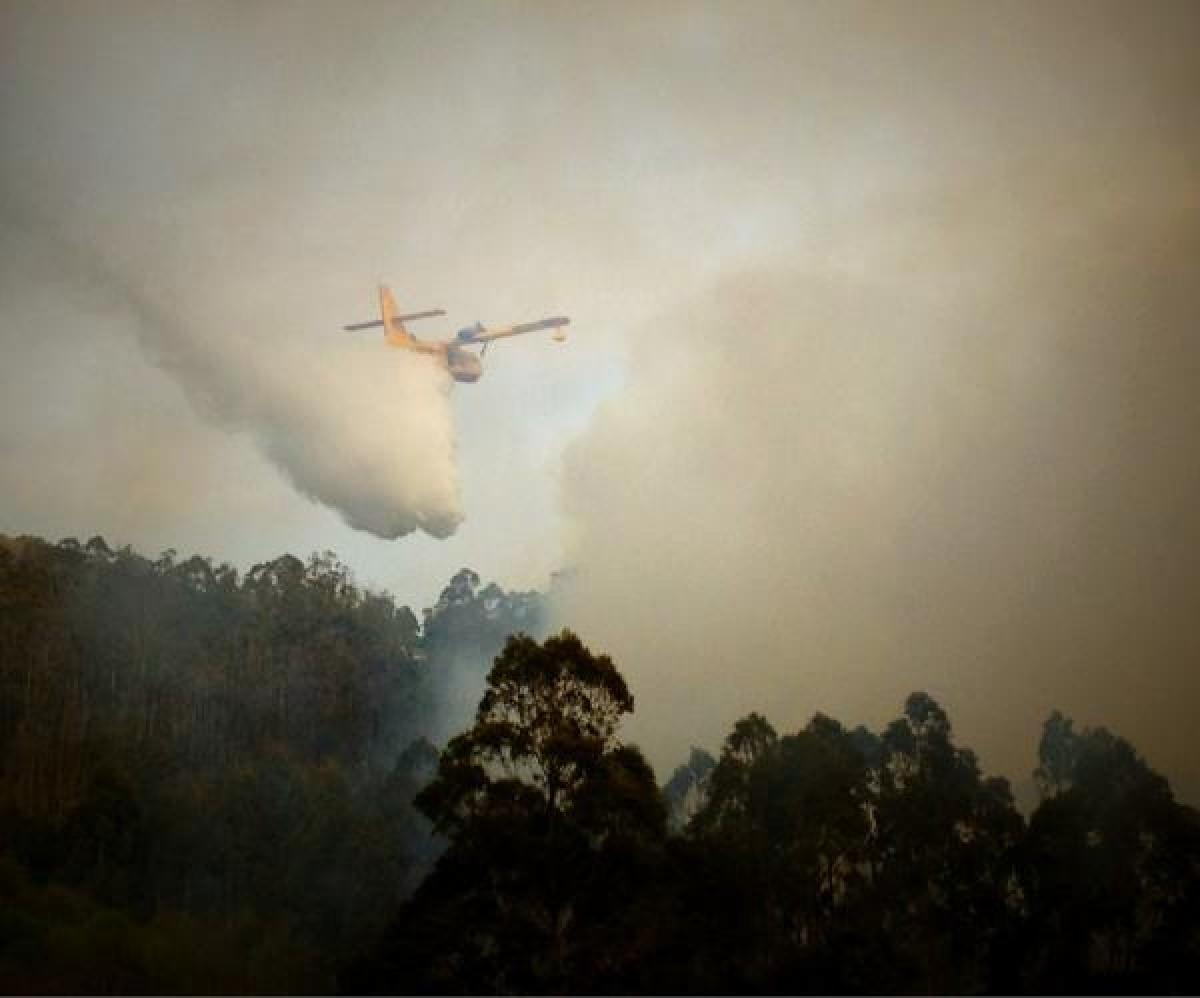 Un avión realiza labores de extinción no incendio das Fragas do Eume