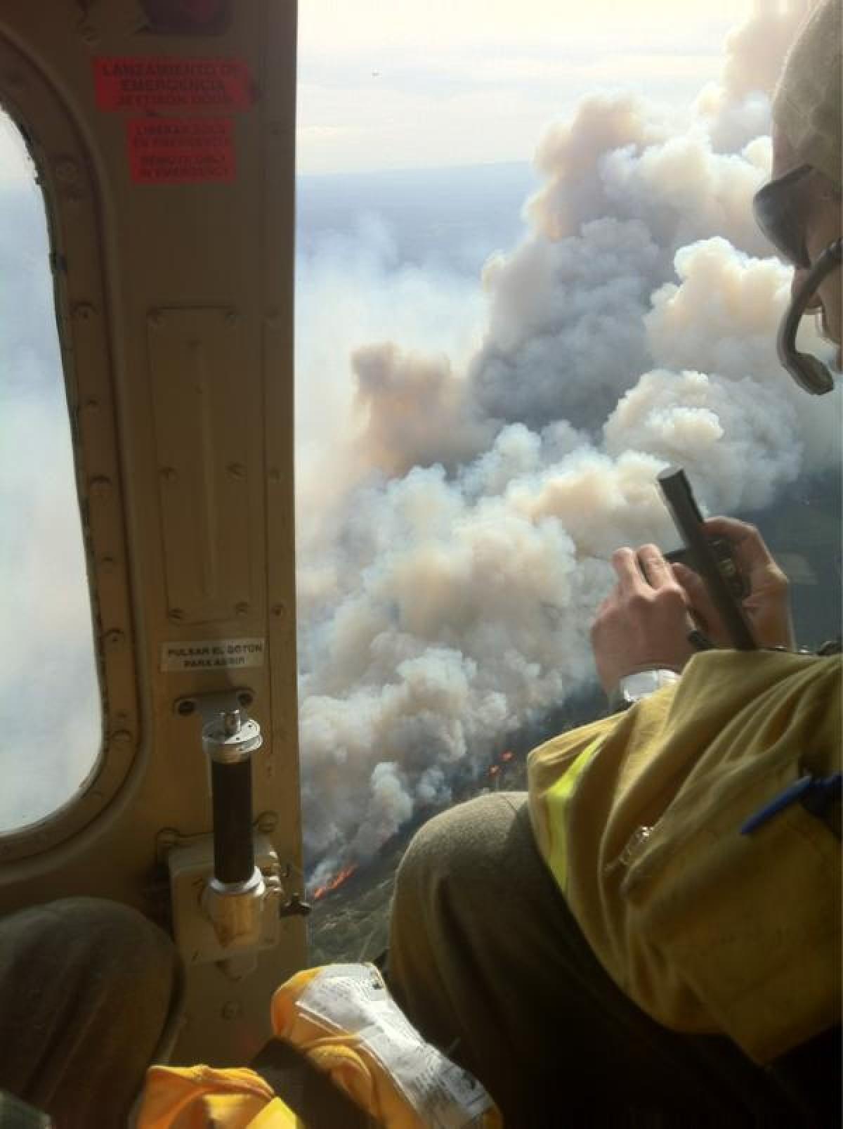 Un incendio, visto dende un helicóptero de brigadistas