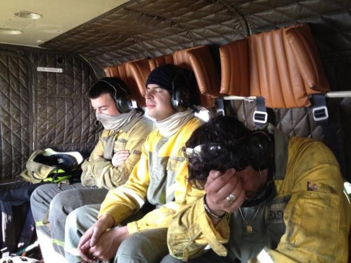 Brigadistas do Ministerio de Agricultura, esgotados tras loitar contra o lume