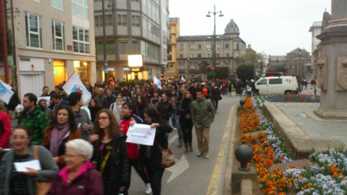 Un milleiro de persoas manifestáronse en Lugo entre a Praza Maior e a Delegación da Xunta