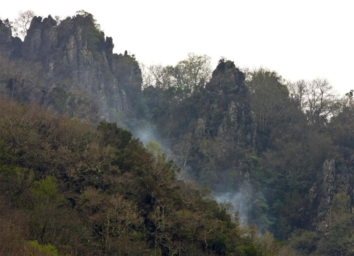 Rescoldos do incendio na ladeira sur