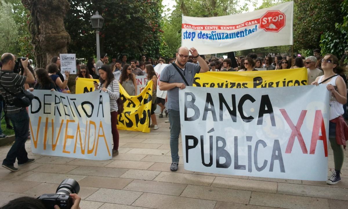 Reparto de pancartas en Santiago