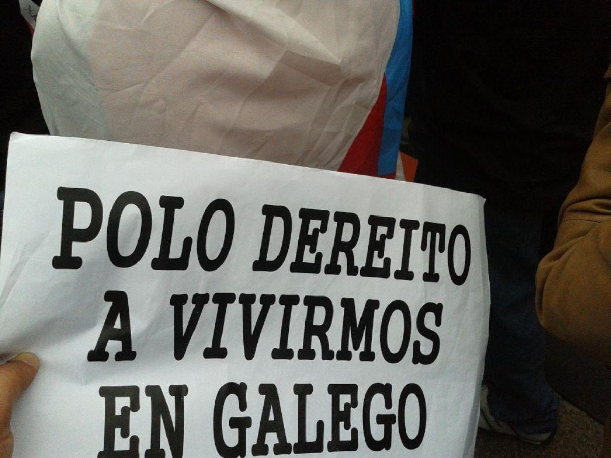 Na marcha puidéronse ler cartaces e faixas moi diversas