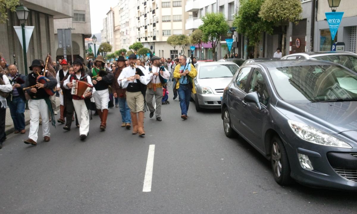 Vehículos en dobre ringleira ao paso da manifestación