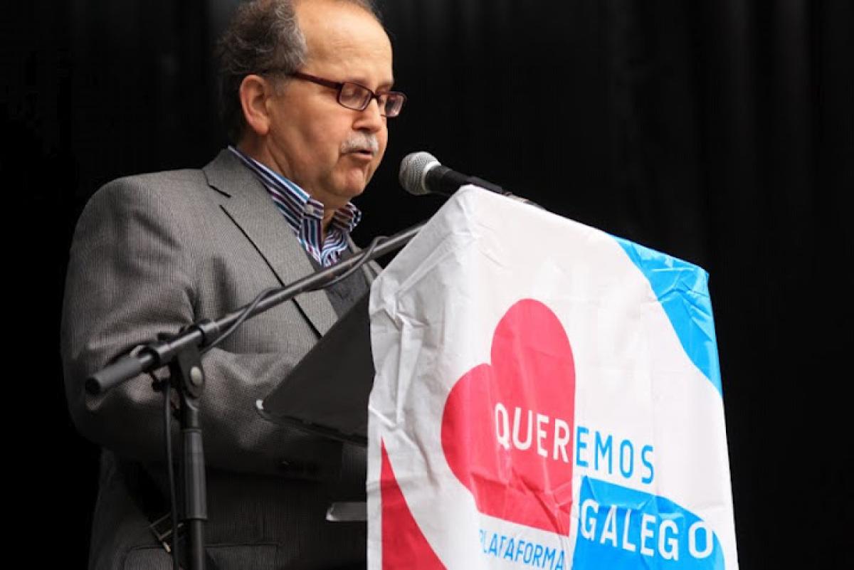 Agustín Fernández Paz le o manifesto de Queremos Galego na manifestación do 17 de maio