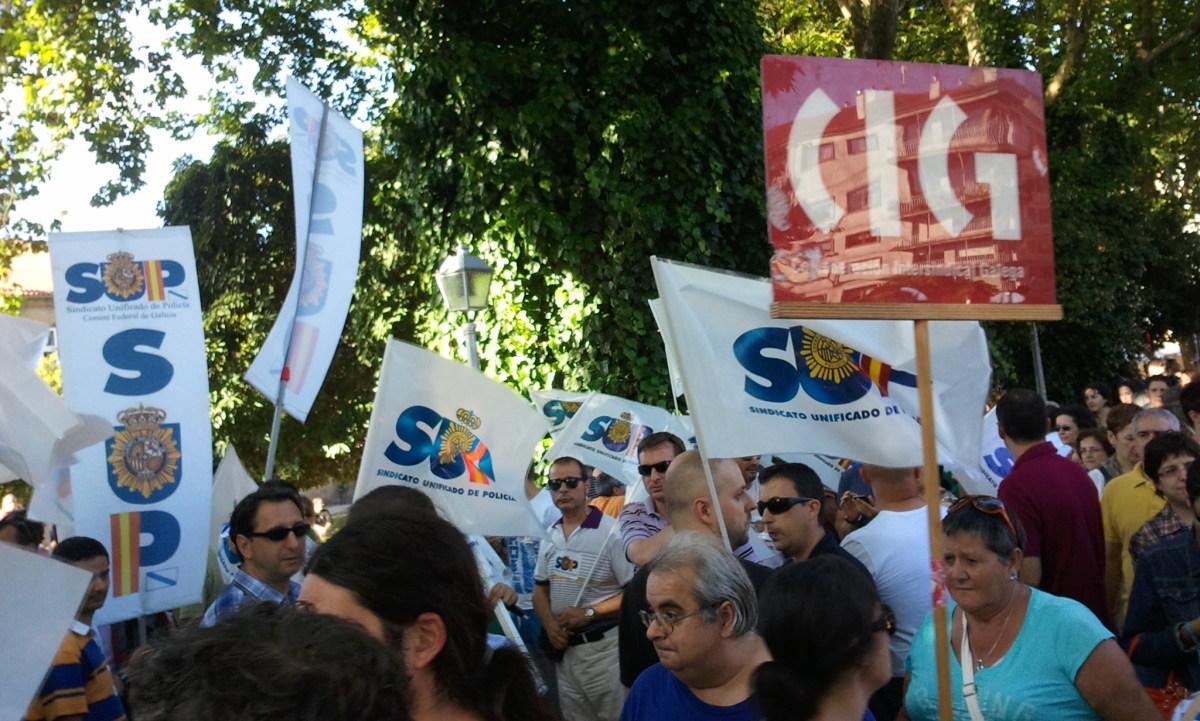 O logotipo da CIG, entre a comitiva do SUP en Santiago