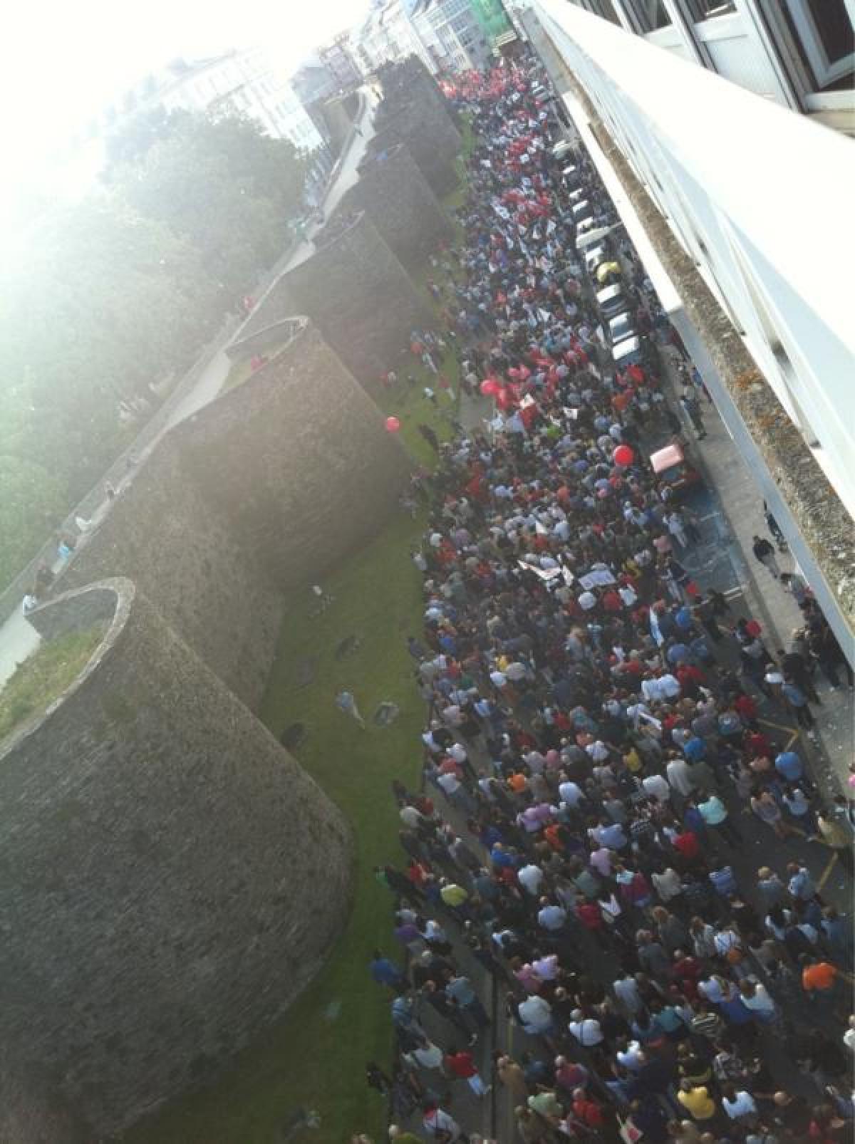 Multitude pola Ronda da Muralla, en Lugo