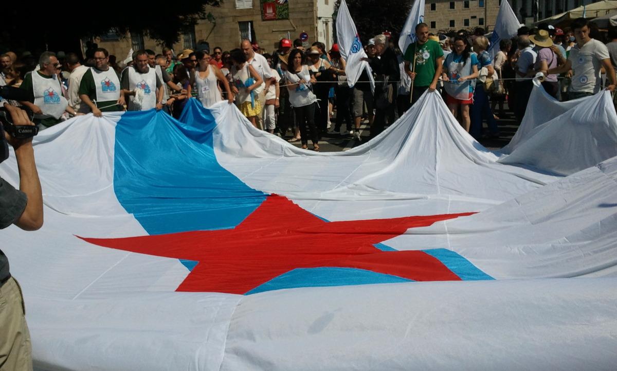 Despregamento da bandeira que presidiu a marcha