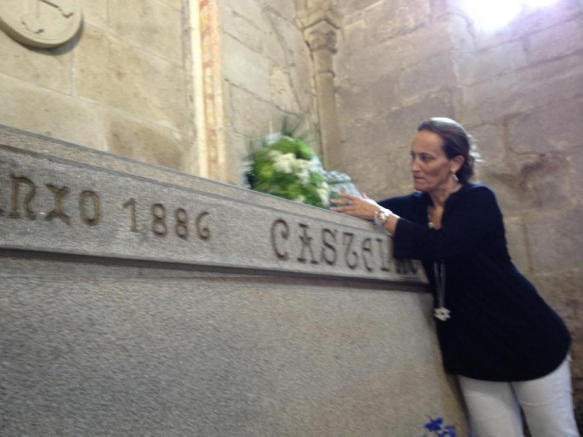 Táboas deposita flores no sartego de Castelao