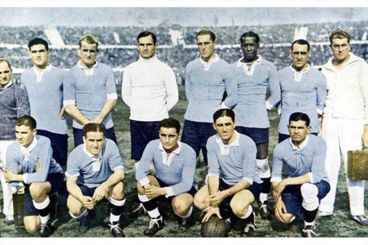 Pedro Cea, abaixo, segundo pola dereita, co Uruguai