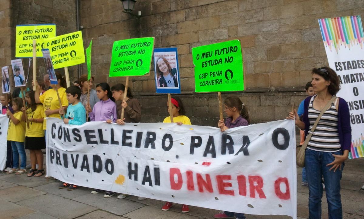"""Faixa de """"Para o privado hai diñeiro"""" nunha manifestación"""