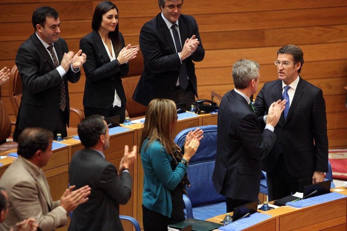 Deputados do PP apláudenlle a Feijóo tras reelixilo presidente