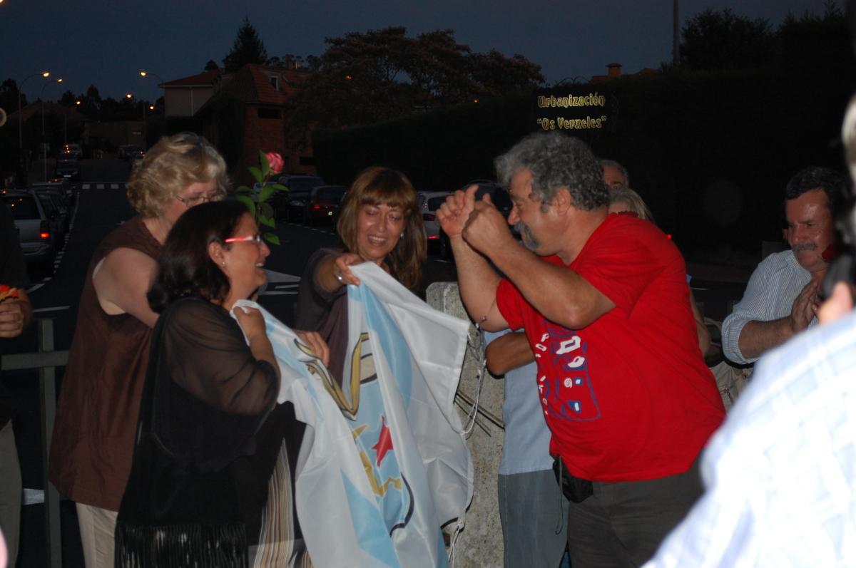 Entrega da bandeira da República Galega á familia de Pousa Antelo