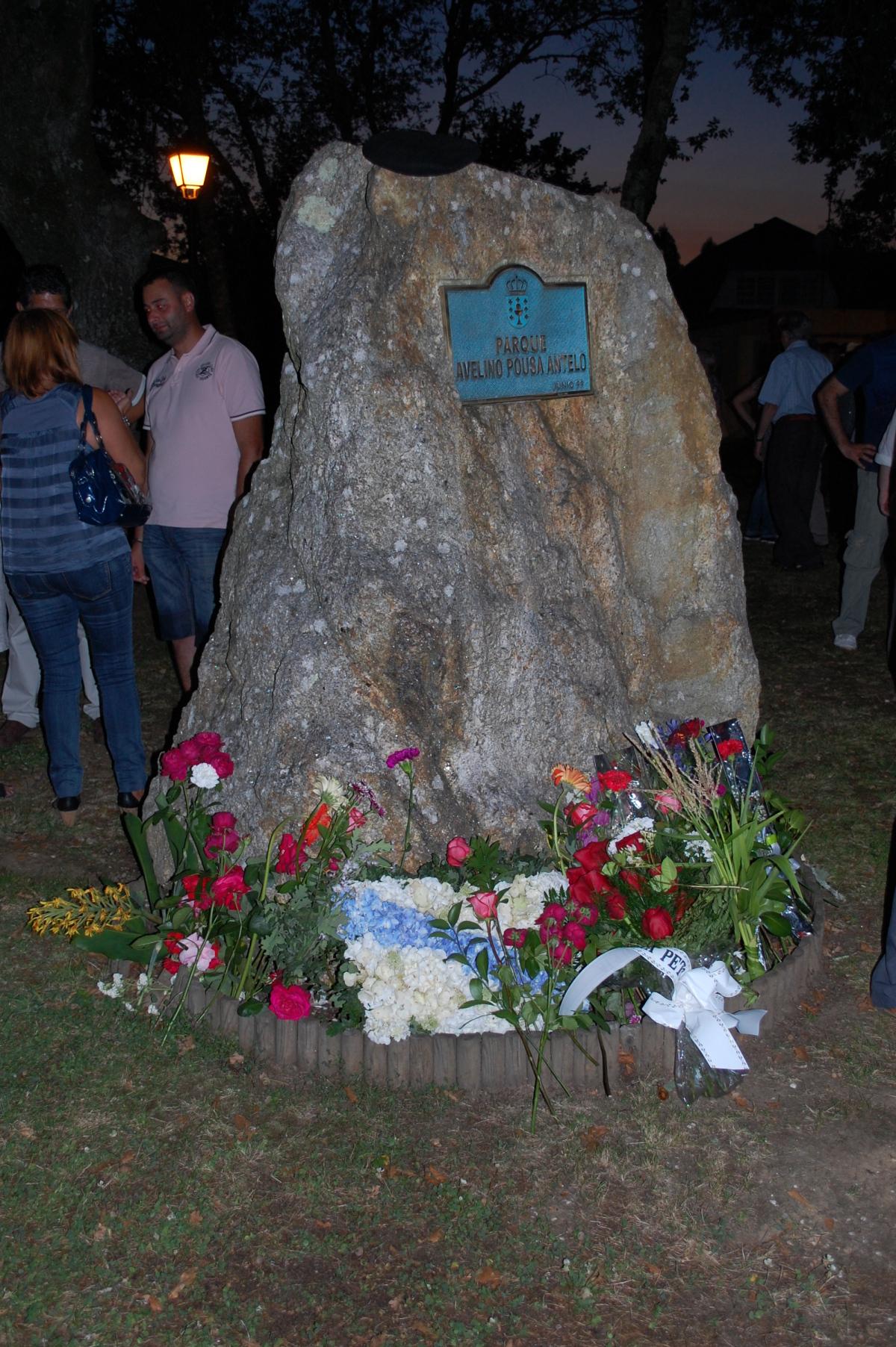 Monumento a Pousa Antelo despois da ofrenda floral
