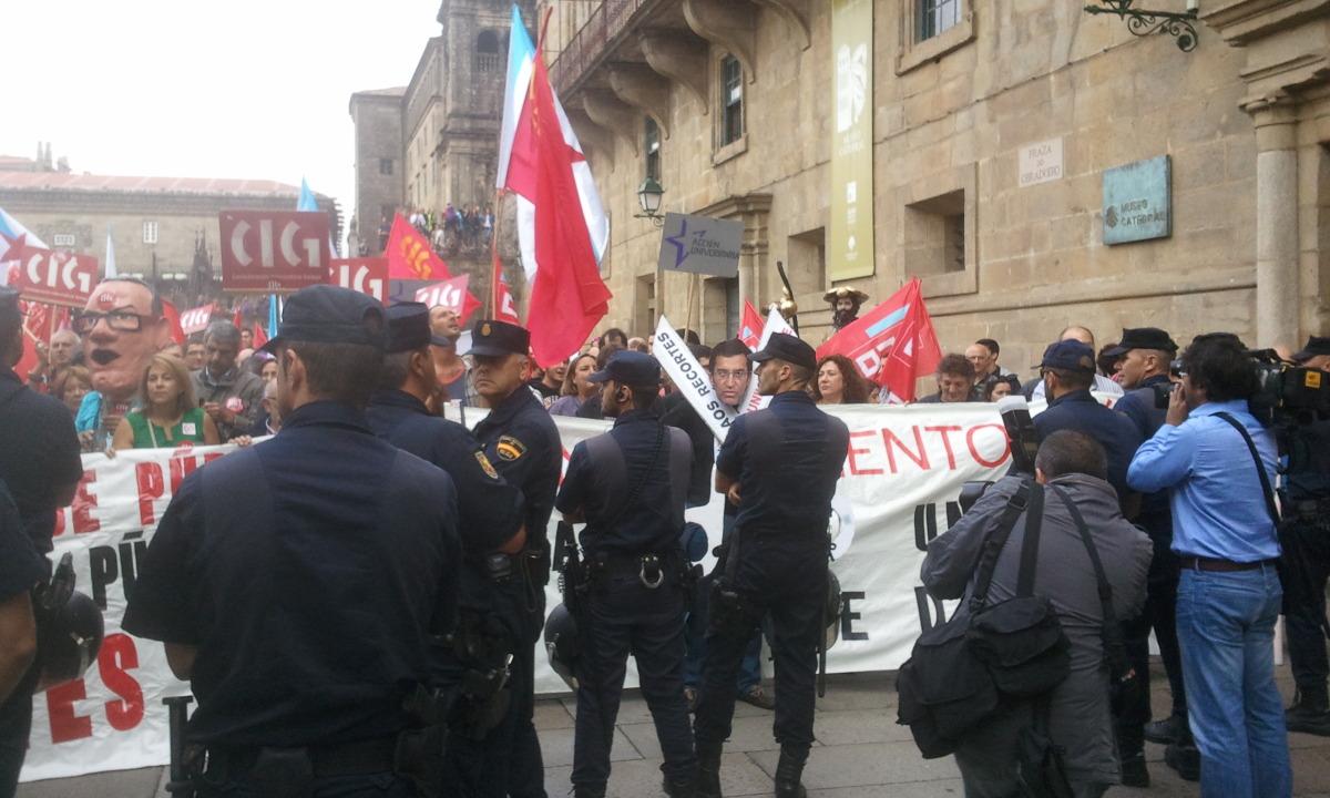Os antidisturbios frean a protesta