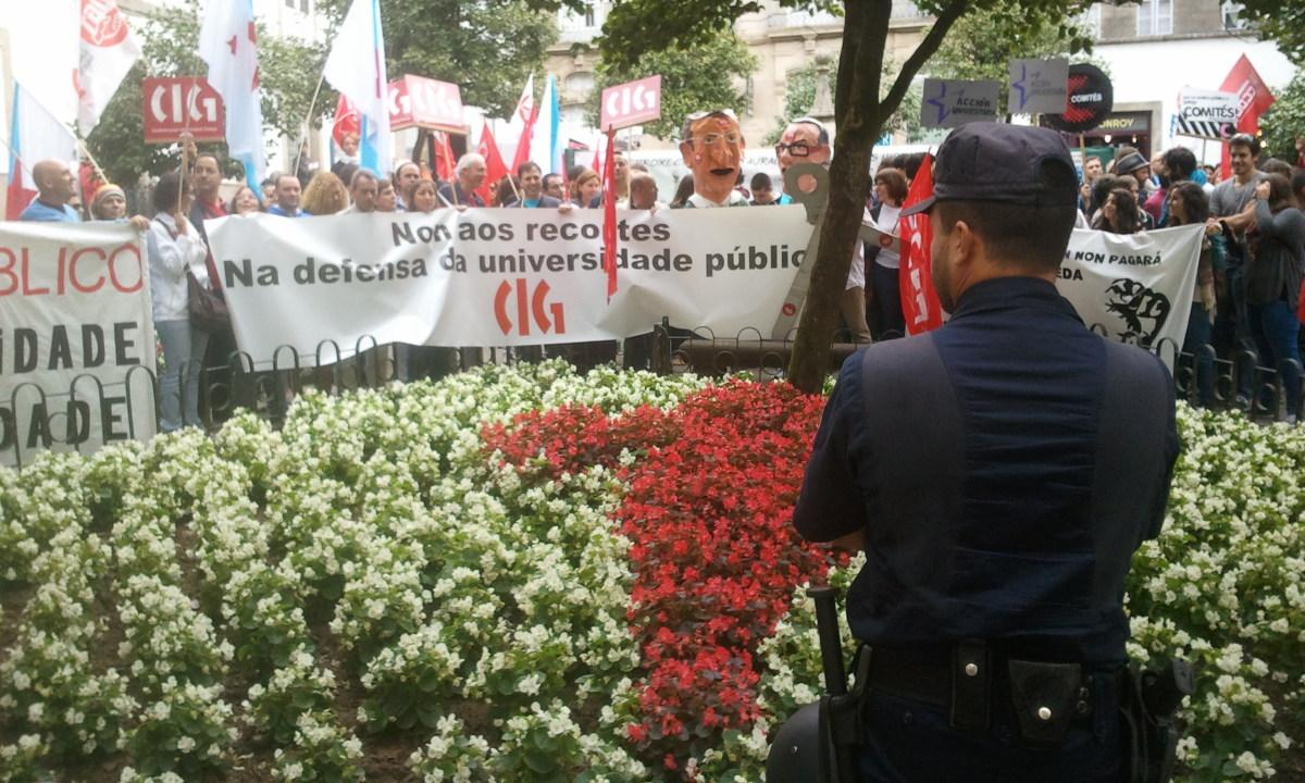 Os antidisturbios rodean unha protesta ante a Reitoría da USC