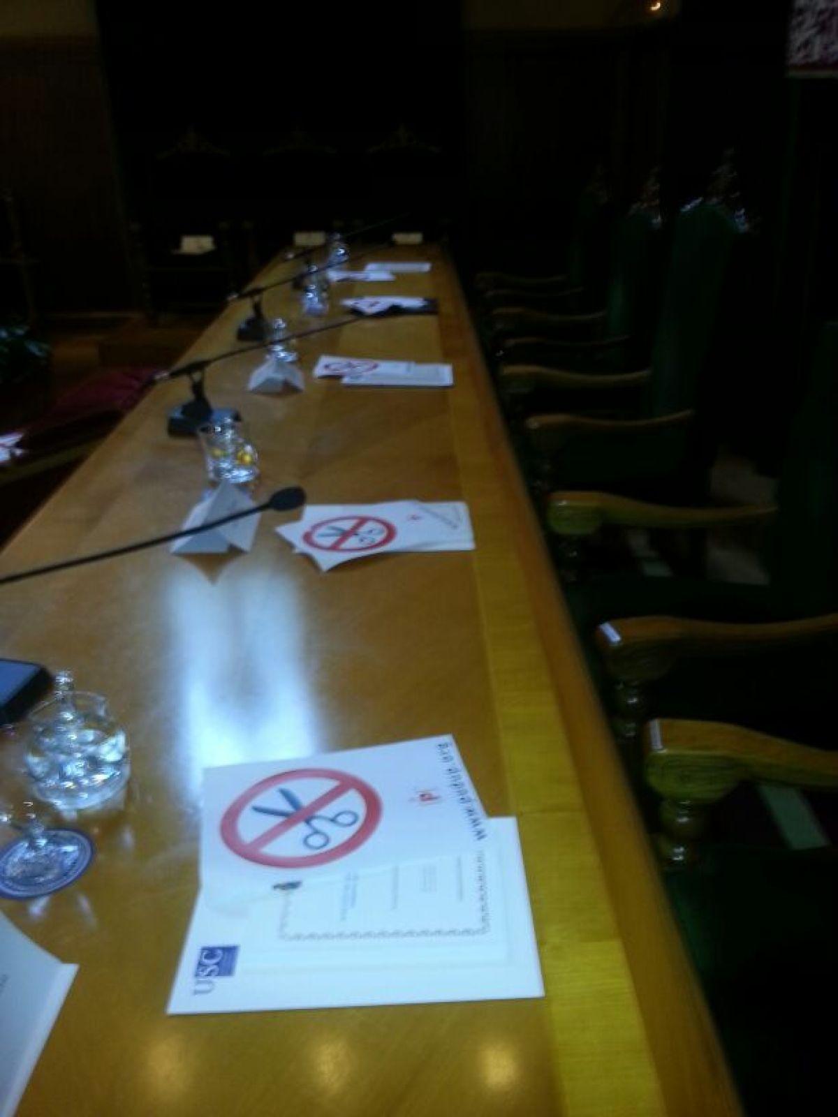 Cartaces contra os recortes na mesa presidencial
