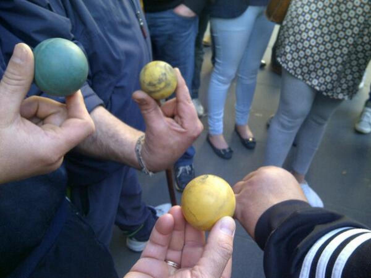 Mariñeiros amosan bólas de goma disparadas pola Policía