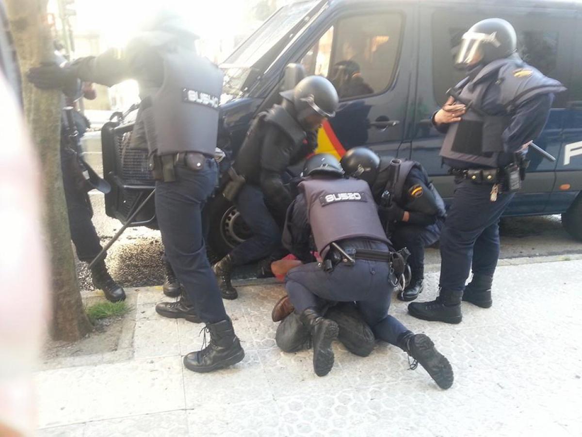 Axentes deteñen un dos manifestantes ante o Parlamento