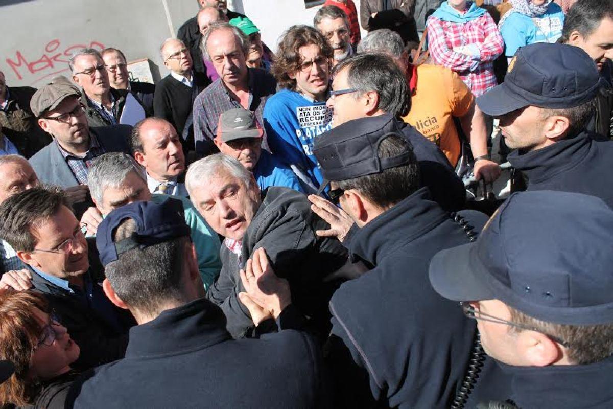 Axentes empurran a Lino Rodríguez, alcalde de Pol, na protesta polo canon de Sogama