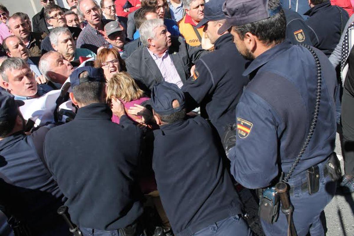 Os policías empurran a, entre outros, as nacionalistas Montse Prado e Tereixa Paz
