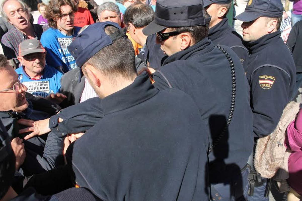Os antidisturbios zarandean a Xavier Vence, líder do BNG