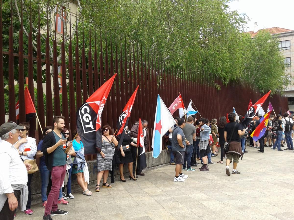 A marcha conseguíu rodear completamente o Parlamento