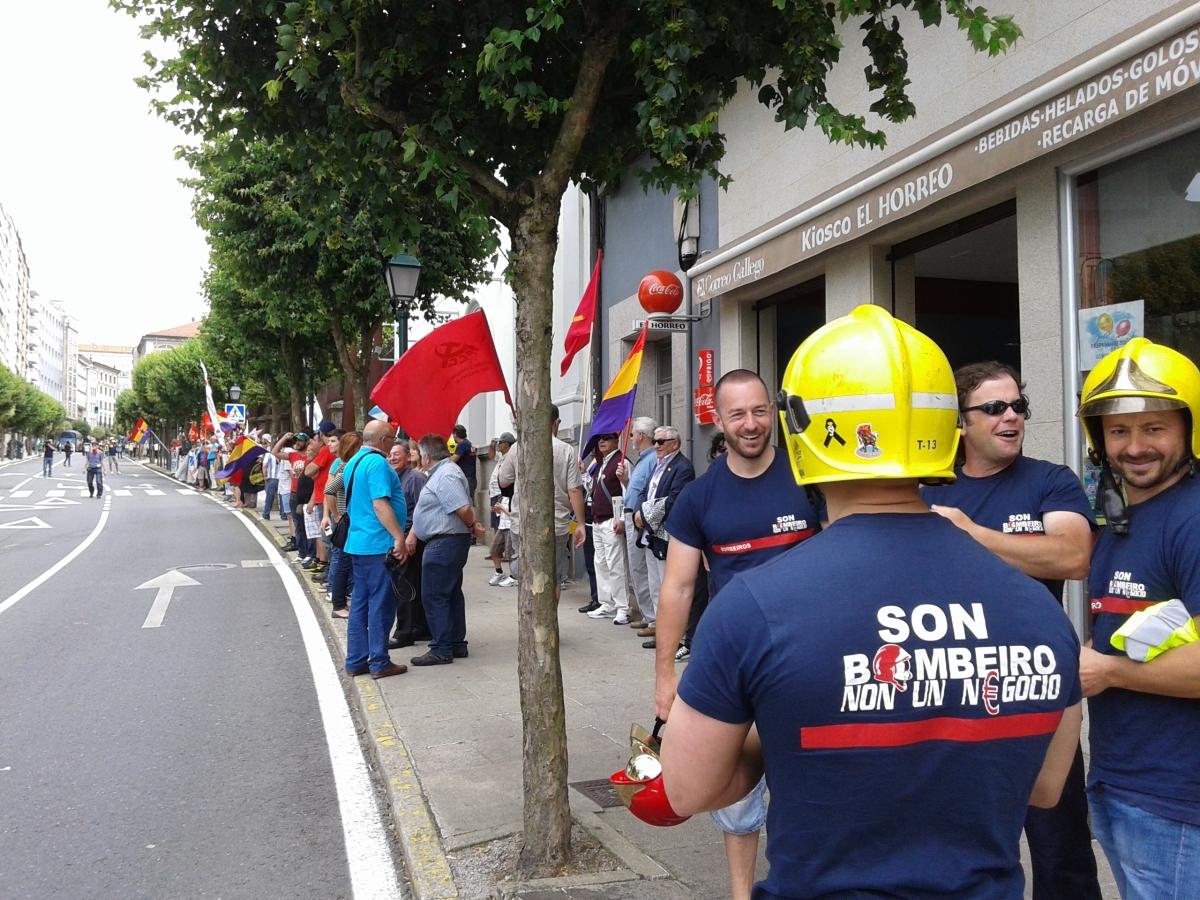 Os bombeiros tiveron unha gran presenza na marcha, ademais de formar un servizo de orde