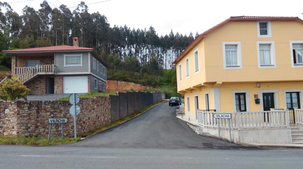 Á dereita, en amarelo, a casa de  D. Manuel Naveira Seoane, onde o BOP sinala que está o colexio electoral, á esquerda a do seu fillo, onde se vota actualmente