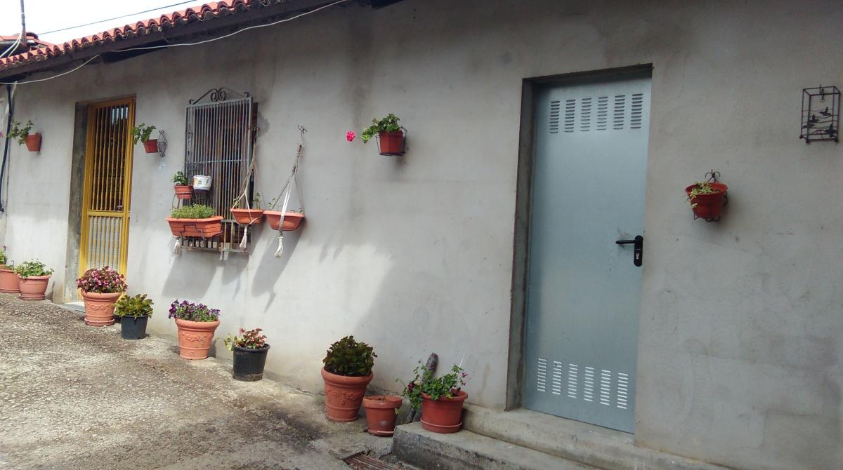 Baixo do Bar Hortensia onde se instala o colexio electoral onde votan parte dos veciños de Porzomillos