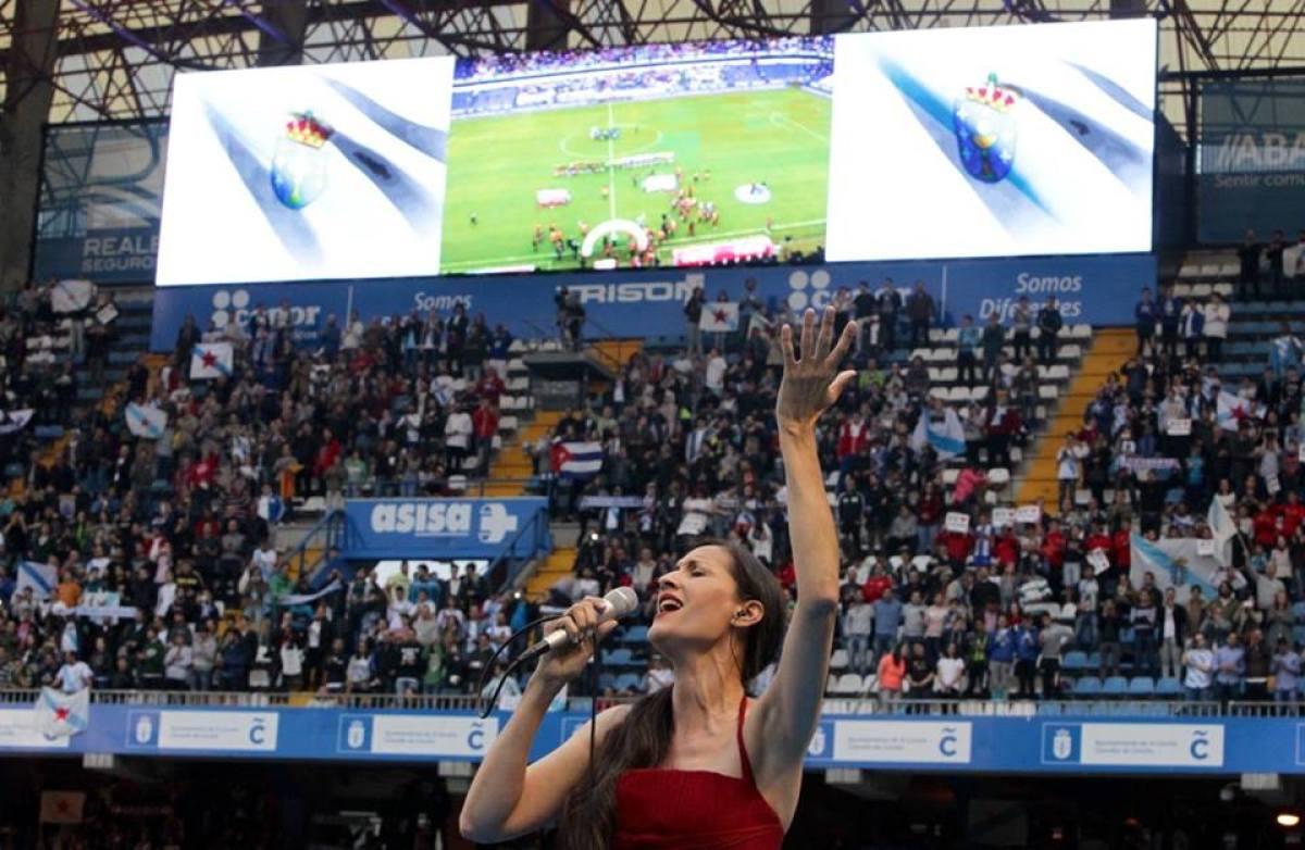 Rosa Cedrón, interpretando o himno galego