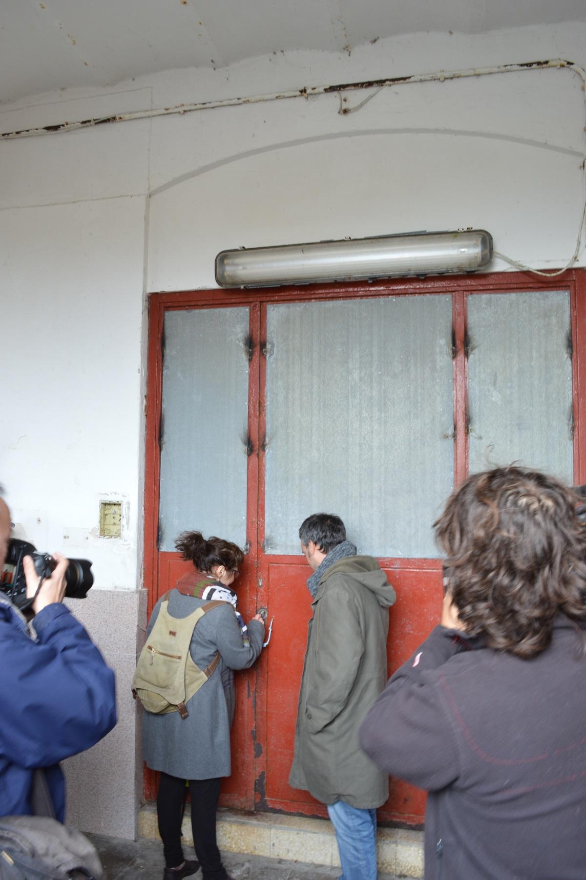 Momento no que Celsa Díaz abre a porta do cárcere