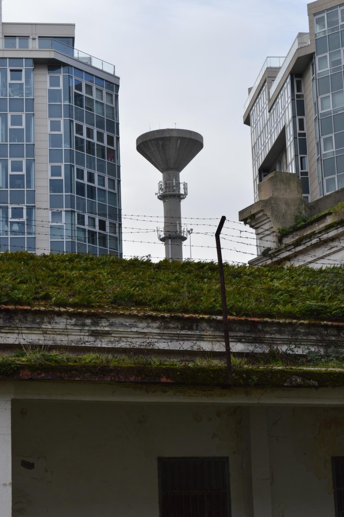 O depósito de auga de Monte Alto, dende o patio
