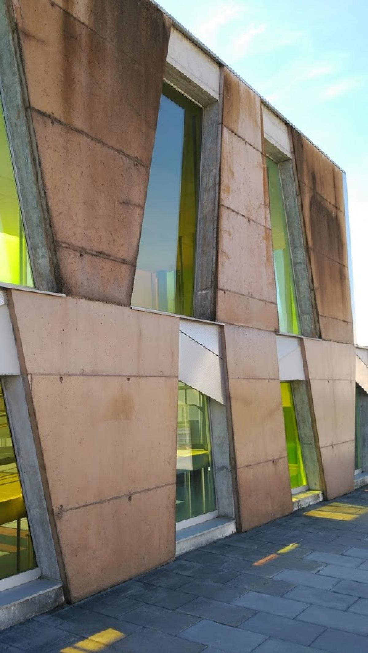 Detalle dunha das fachadas do CEGADI