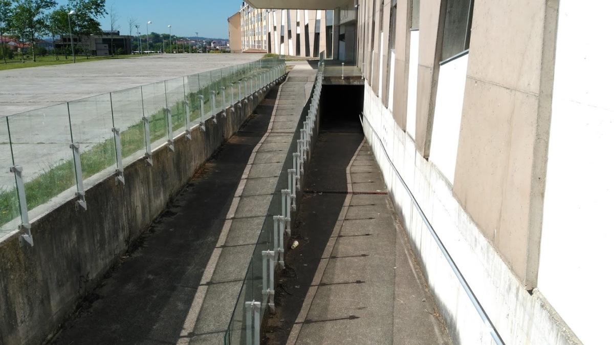 Ramplas nun dos accesos ao edificio, con lixo acumulado nalgunhas áreas