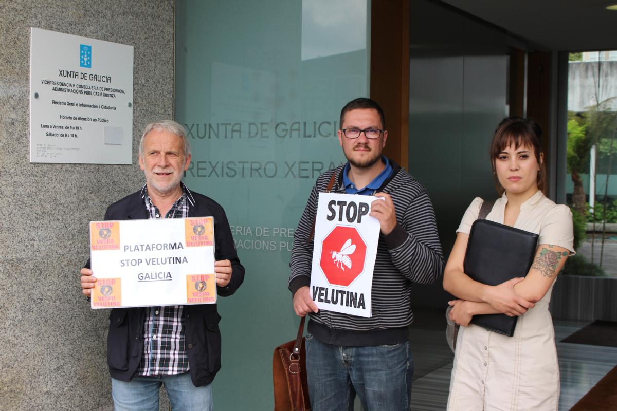Membros da plataforma entregan o documento no rexistro da Xunta