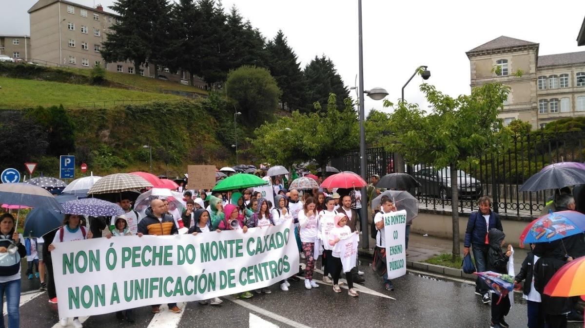 Manifestación contra o peche de centros educativos en torno a San Caetano