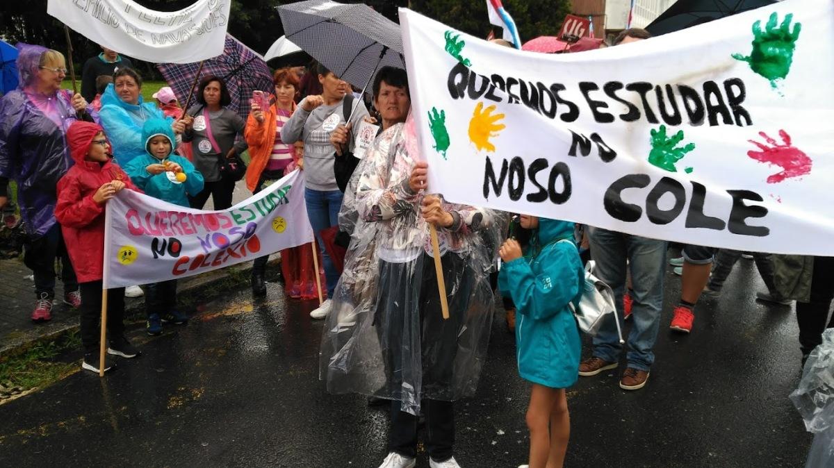 Alumnado e familias de Outes, contra o peche do Emilio Navasqüés