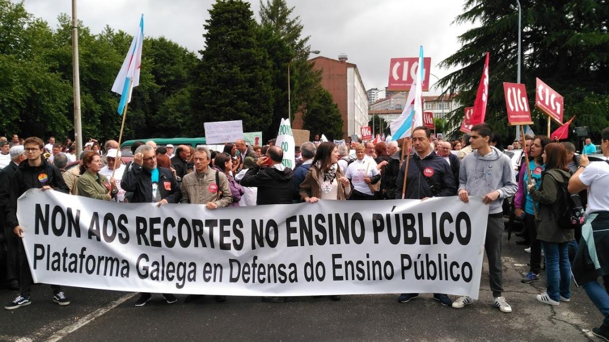 Membros da Plataforma Galega en Defensa do Ensino Público, na cabeceira da manifestación