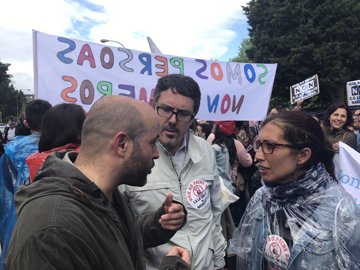 Luís Villares (En Marea), con Manuel González (Compromiso por Outes) e afectados polo peches