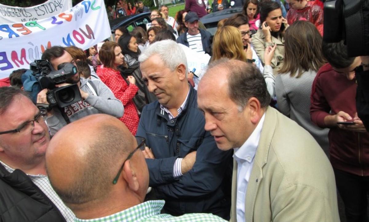 Leiceaga e o voceiro de educación do PSdeG, na protesta
