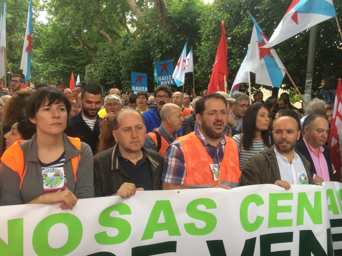 Os portavoces de BNG, PSdeG e En Marea, con alcaldes da Costa da Morte na manifestación de Ferroatlántica