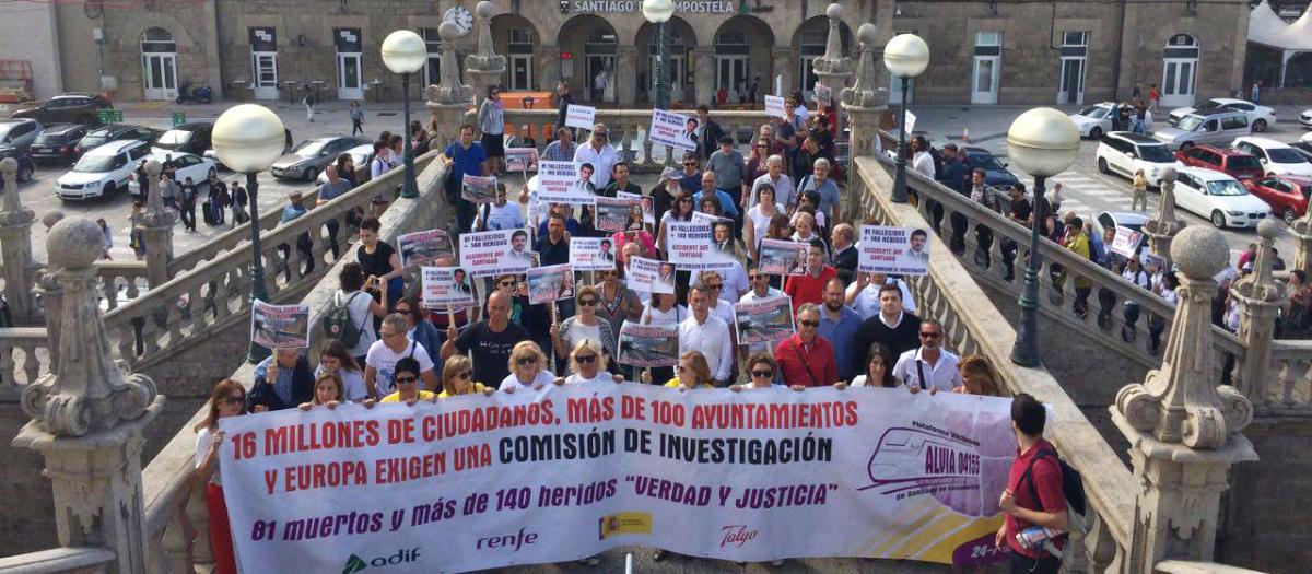 Inicio da manifestación das vítimas, na estación ferroviaria de Santiago
