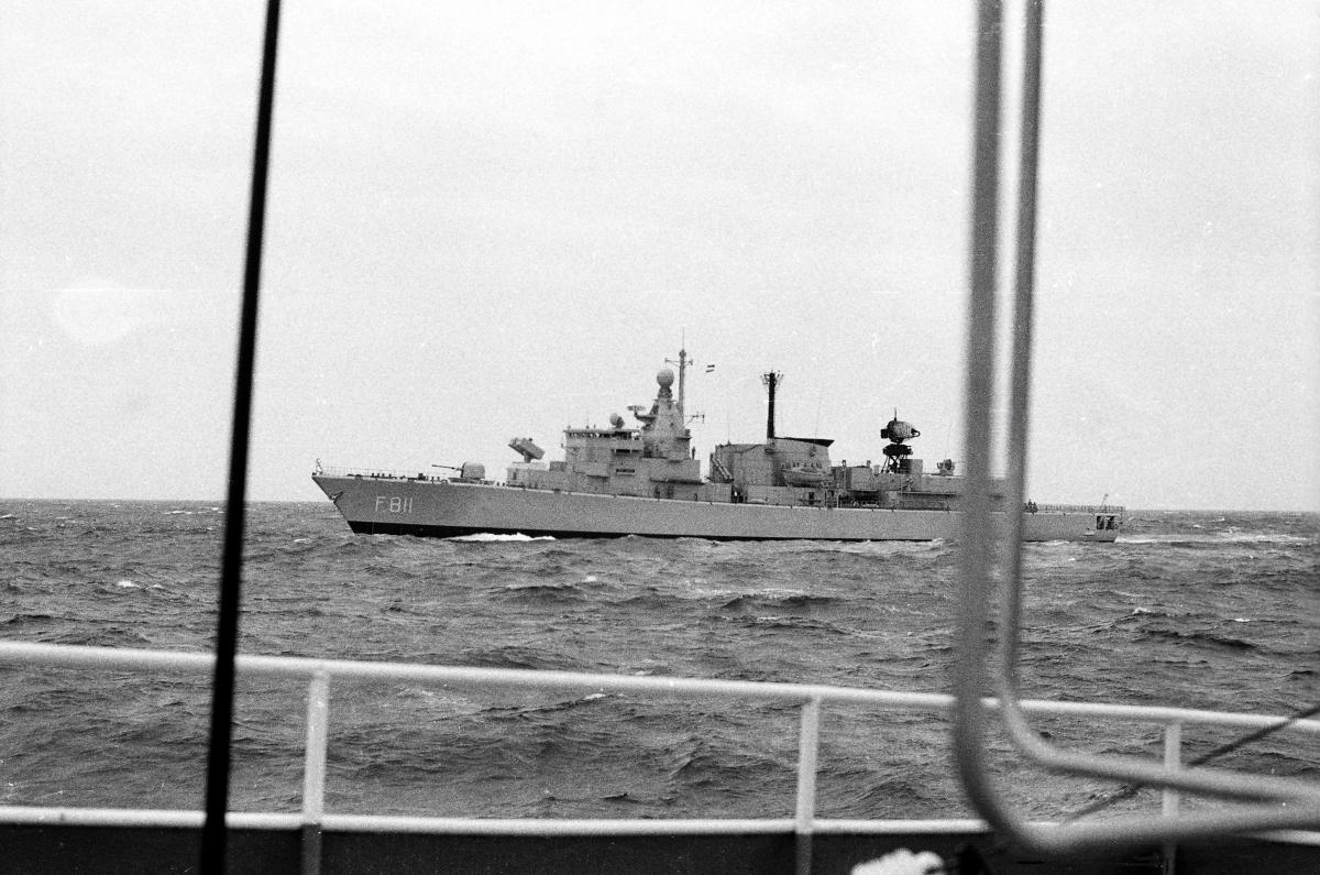 Barco militar holandés escoltando os cargueiros cos residuos (Foto: Xosé Castro)