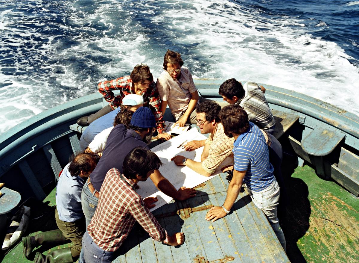 Tripulantes do 'Xurelo' estudando o itinerario a seguir para atopar os barcos holandeses