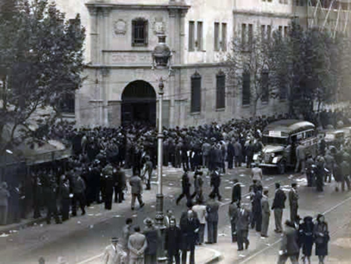 Emigrantes ante o Centro Gallego, nos 50