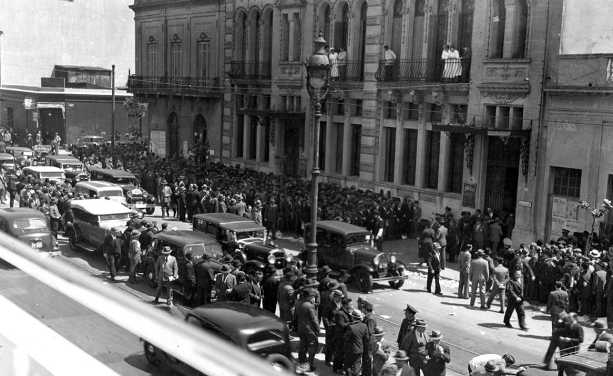 Multitudes ante o Centro Gallego
