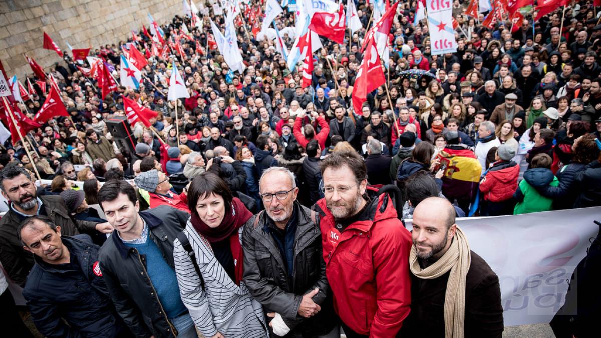Líderes sindicais, de SOS Sanidade e da oposición parlamentaria, ao remate da manifestación